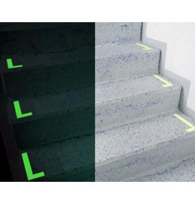 Marqueurs photoluminescents en L pour marches d'escaliers.